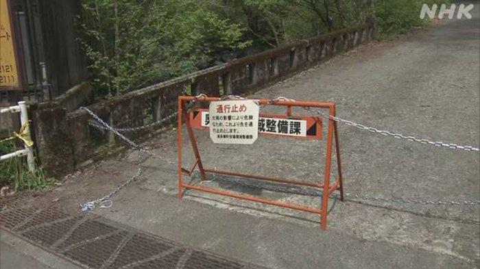 Papan pengumuman dilarang masuk di pintu masuk pendakian Gunung Okutama Jepang.