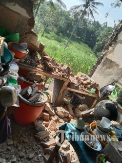 Rumah warga rusak akibat gempa di Kabuoaten Malang, Sabtu (10/4/2021). Gempa berkekuatan 6,1 SK melanda Malang Raya dan sekitarnya pada Sabtu 10 April 2021, menyebabkan ratusan rumah rusak dan menewaskan satu orang warga. SURYA/JOHAN HARI