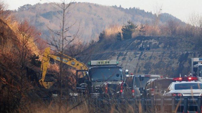 Foto ini menunjukkan alat berat untuk pekerjaan restorasi di lokasi longsor di Joban Expressway di Soma, prefektur Fukushima pada 14 Februari 2021, setelah gempa bumi. Gempa berkekuatan 7,3 skala Richter melanda pantai timur Jepang pada akhir 13 Februari 2021.