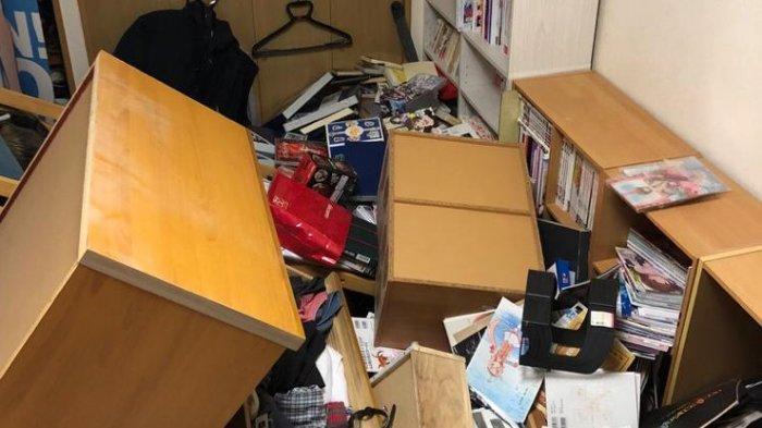 Guncangan gempa di Fukushima, Jepang, Sabtu (13/2/2021) malam terasa sampai di Kota Tokyo. Perabot di ruangan terguling akibat kerasnya guncangan.