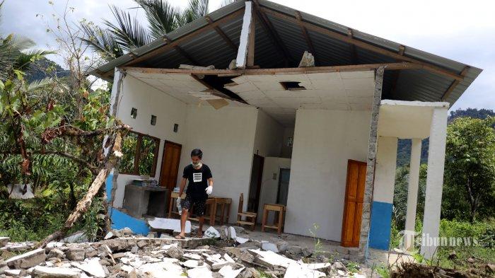 Kondisi rumah dinas Kepala Sekolah SMPN 4 Tapalang dan Kantor Desa Kopeang rusak parah pascagempa yang melanda Sulawesi Barat di Desa Kopeang, Kecamatan Tapalang, Kabupaten Mamuju, Selasa (26/1/2021). Kerusakan ini diakibatkan gempa bermagnitudo 6,2 yang melanda Sulbar. Selain itu gempa memutuskan jalur utama menuju desa ini akibat reruntuhan material longsor sehingga desa ini terisolir. Tribun Timur/Sanovra JR