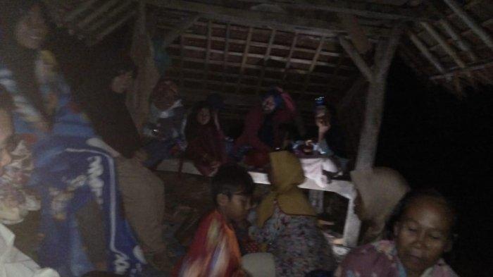 Meski Potensi Tsunami Dicabut, Warga Sukabumi Pilih Mengungsi di Masjid, Masih Takut Gempa Susulan