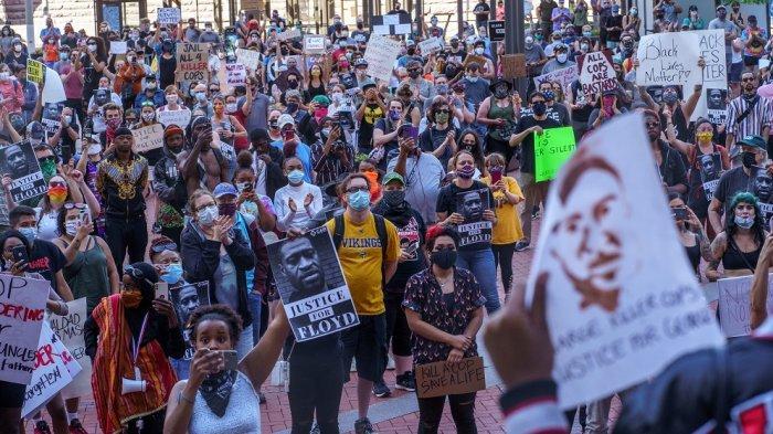Para pengunjuk rasa berkumpul untuk menyerukan keadilan bagi George Floyd, seorang pria kulit hitam yang meninggal setelah seorang polisi kulit putih berlutut di lehernya selama beberapa menit, di Hennepin County Government Plaza, pada 28 Mei 2020 di Minneapolis, Minnesota.