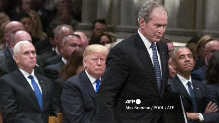 Mantan Presiden George W. Bush berjalan melewati Donald Trump dan Presiden Barack Obama untuk berbicara dalam Pemakaman Kenegaraan untuk Presiden George H.W. Bush, di Katedral Nasional, 5 Desember 2018 di Washington, DC.