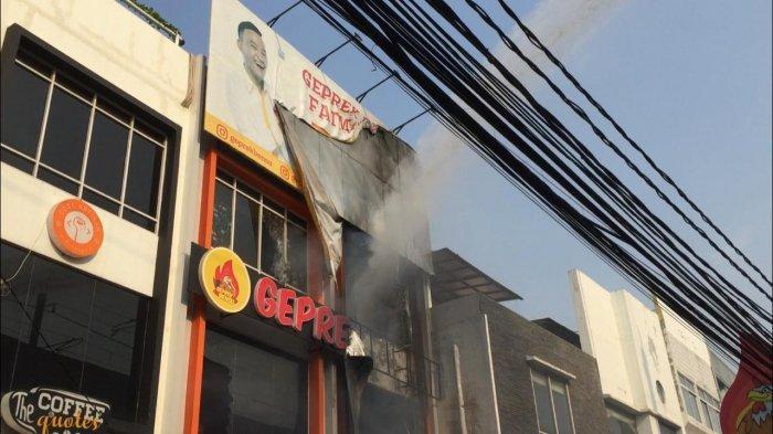 Suasana kebakaran di outlet rumah makan Geprek Onsu di kawasan Fatmawati, Jakarta Selatan, Rabu (31/7/2019).