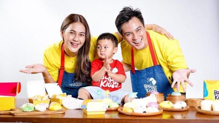 Baim Wong, Paula Verhouven dan Kiano Tiger Wong saat merilis bisnis Bapau Kiano di kawasan Bintaro, Tangerang Selatan, Sabtu (26/6/2021).