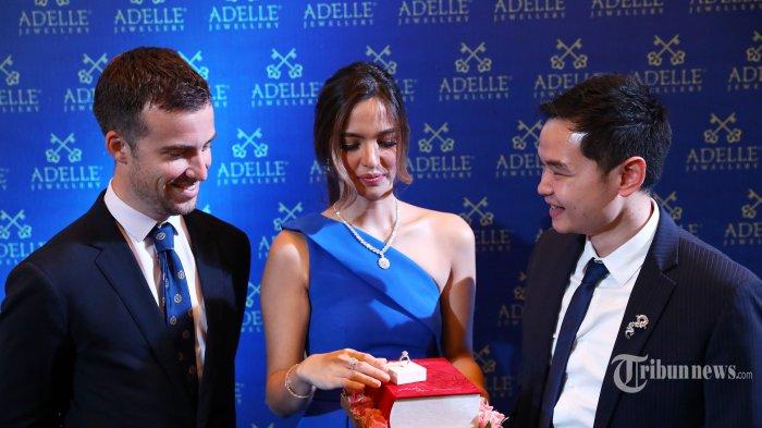 CEO Adelle Jewellery Michael Surya (kanan) bersama Brand Ambassador Adelle Jewellery Nia Ramadhani (tengah) dan Director International Businness GemEx Justin Wagner (krii) berbincang usai pembukaan gerai terbarunya di Plaza Indonesia, Jakarta, Jumat (16/8/2019). Gerai ketujuh ini mengusung konsep Paris yang bertujuan membawa para konsumennya ke kota paling romantis di dunia sekaligus memperkenalkan koleksi paling mutakhir bernama Eternal Flame, yang termasuk berlian dalam koleksi Rose D?Amour yang disertifikasi oleh dua institusi berlian internasional dari Amerika Serikat, yaitu GemEx dan GIA. TRIBUNNEWS/IRWAN RISMAWAN