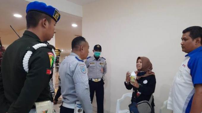 Jejaring Alumni Airlangga Serempak Sebarkan Ribuan Hand Sanitizer ke Enam Provinsi