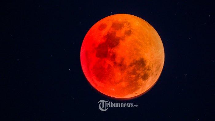 Proses gerhana bulan total direkam menggunakan lensa teleskop refractor 900 mm di Kantor Kandepag Aceh, Selasa (31/1/2018). Puncak gerhana bulan total di Banda Aceh terjadi selama hampir satu jam yang dimulai pada pukul 19.51 Wib dan selesai 21.05.  SERAMBI/M ANSHAR