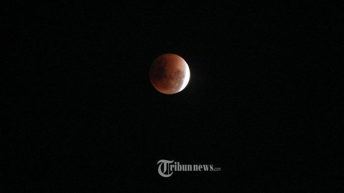 Kejadian fenomena alam supermoon, blue moon, dan gerhana bulan total yang diambil dari kawasan Ancol, Jakarta Utara, Rabu (31/1/2018). Momen ini tergolong langka karena tiga peristiwa lunar itu belum terjadi lagi sejak 150 tahun silam. Fenomena ini tercatat terakhir kali muncul pada 31 Maret 1866. Tribunnews/Jeprima