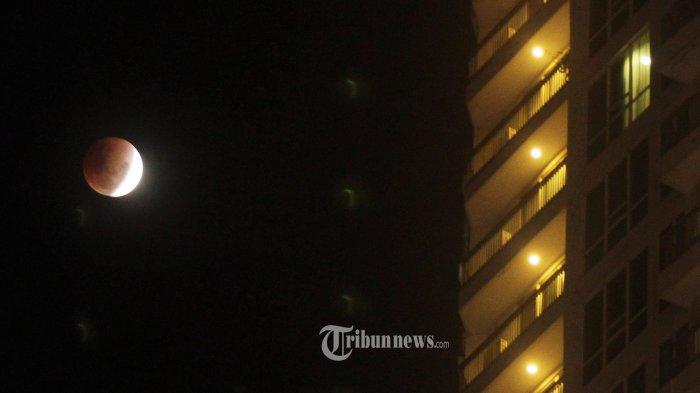 Kejadian fenomena alam supermoon, blue moon, dan gerhana bulan total yang diambil dari kawasan Ancol, Jakarta Utara, Rabu (31/1/2018).