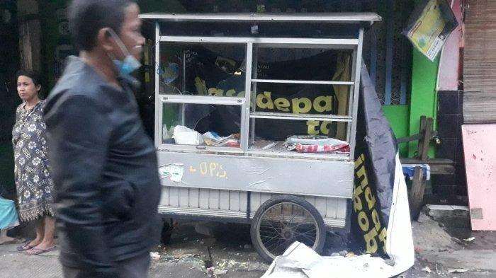 Gerobak warga di Jalan Kebun Nanas Selatan I, Kelurahan Cipinang Cempedak yang rusak terdampak tawuran di Jatinegara, Jakarta Timur, Jumat (1/1/2021). TRIBUNJAKARTA.COM/BIMA PUTRA