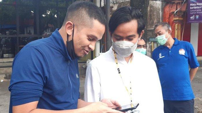 Putra Amien Rais, Ahmad Mumtaz Rais bersama calon Wali Kota Solo Gibran Rakabuming Raka usai santap soto bersama di Solo, Jawa Tengah, Jumat (27/11/2020).