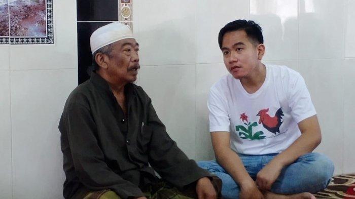 Bakal Calon Wali Kota, Gibran Rakabuming Raka bersama pemilik potong rambut Madura Muhtohir Asmin (Cak Tohir) di kawasan Kelurahan Nusukan, Kecamatan Banjarsari, Solo, Sabtu (11/1/2020).