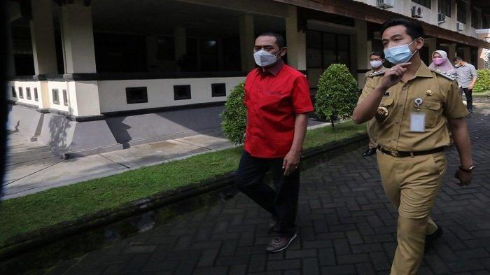 Wali Kota Solo, Gibran Rakabuming Raka (kanan) dan Ketua DPC PDIP Solo, FX Hadi Rudyatmo (kiri) berjalan bersama