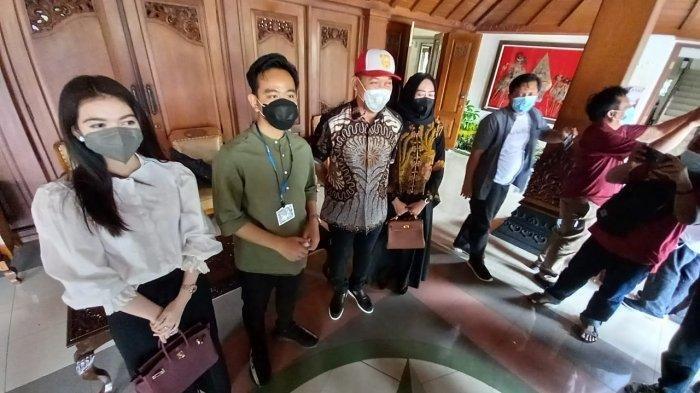 Gibran-Teguh beserta istri saat datang ke Gladi Bersih Pelantikan Wali Kota dan Wakil Wali Kota Solo di Gedung Paripurna DPRD Solo.