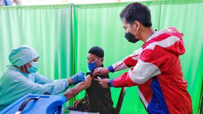 Wali Kota Solo, Gibran Rakabuming Raka melakoni safari blusukan pada Sabtu (27/2/2021). Gibran dan Teguh Prakosa memantau perkembangan vaksinasi Covid-19 kepada para pedagang Pasar Gede dan Pasar Klewer.