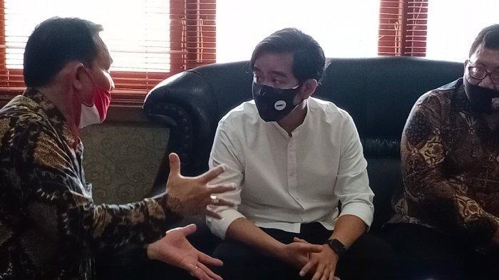 Ketua DPC Gerindra Kota Solo, Ardianto Kuswinarno (kiri) berbincang dengan Gibran Rakabuming Raka di ruang Ketua DPRD Kota Solo Budi Prasetyo, Senin (3/8/2020).