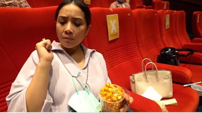 Gigi saat menikmati popcorn di bioskop. Raffi Ahmad Sewa Satu Studio Bioskop Demi Penuhi Ngidam Nagita Slavina