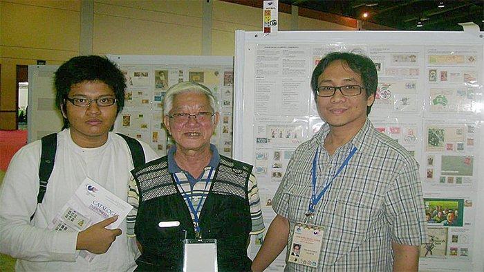 Tiga generasi kolektor prangko: penulis Gilang Adittama (kiri) termuda, dengan generasi senior (tengah) dan generasi yang lebih muda (kanan).