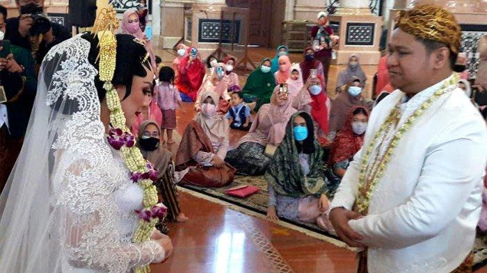 Pedangdut Nabila Gomes resmi menjadi istri dari Muhammad Reza, setelah mereka menggelar akad nikah di Masjid Kubah Emas Depok, Jawa Barat, Jumat (28/5/2021).