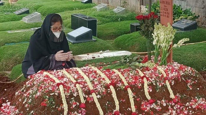 Gina Sonia di pemakaman Farida Pasha 2309