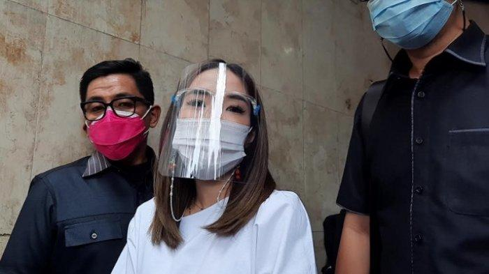 Gisella Anastasia setelah menjalani wajib lapor yang kedua kalinya di Polda Metro Jaya, Kamis (14/1/2021).