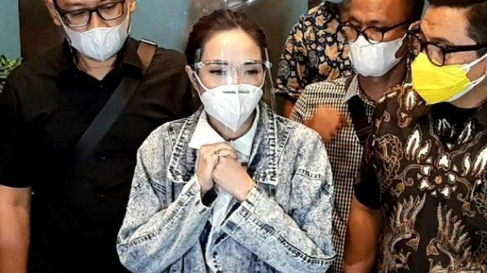 Gisella Anastasia alias Gisel usai jalani pemeriksaan sebagai tersangka kasus video syur di Polda Metro Jaya, Jumat (8/1/2021)