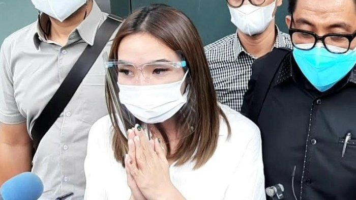 Gisella Anastasia didampingi pengacaranya saat berada di Polda Metro Jaya, Semanggi, Jakarta Selatan, Rabu (23/12/2020).