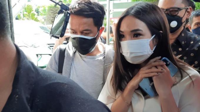 Gisella Anastasia saat tiba untuk menjadi saksi di Pengadilan Negeri Jakarta Selatan, Selasa (23/3/2021).