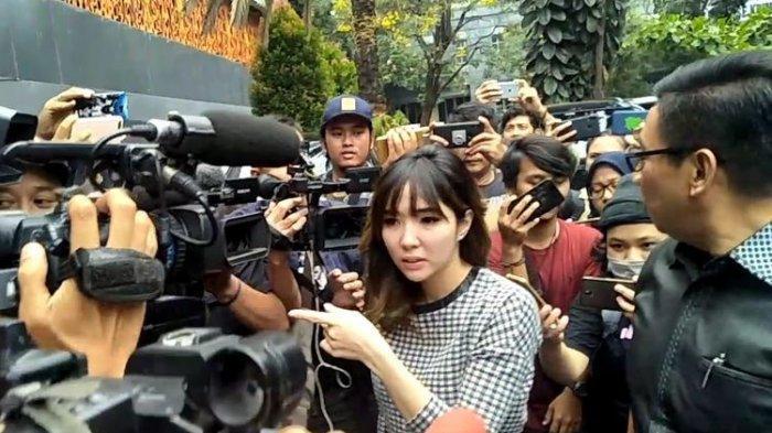 Penyanyi Gisella Anastasia alias Gisel tiba di Polda Metro Jaya, Rabu (30/10/2019) untuk memberikan bukti tambahan terkait laporannya soal fitnah video syur.