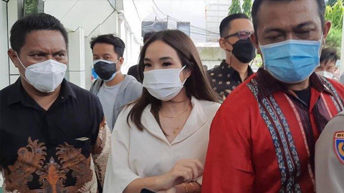 Gisella Anastasia usai hadir sebagai saksi dalam sidang di Pengadilan Negeri Jakarta Selatan, Selasa (23/3/2021).