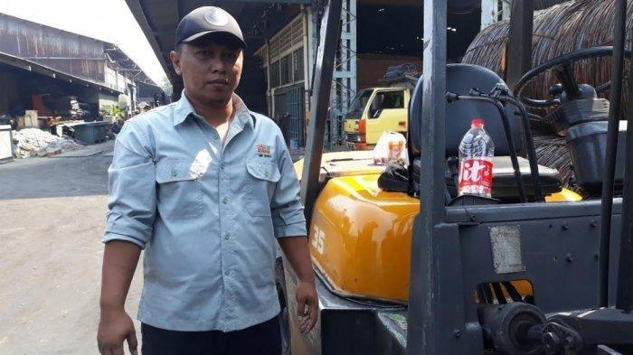 Gitaris fingerstyle yang viral di YouTube, Alief Gustakhiyat (31) atau Alip Ba Ta ditemui TribunJakarta.com di tempat kerjanya di Pulogadung, Jakarta Timur, Jumat (30/8/2019).