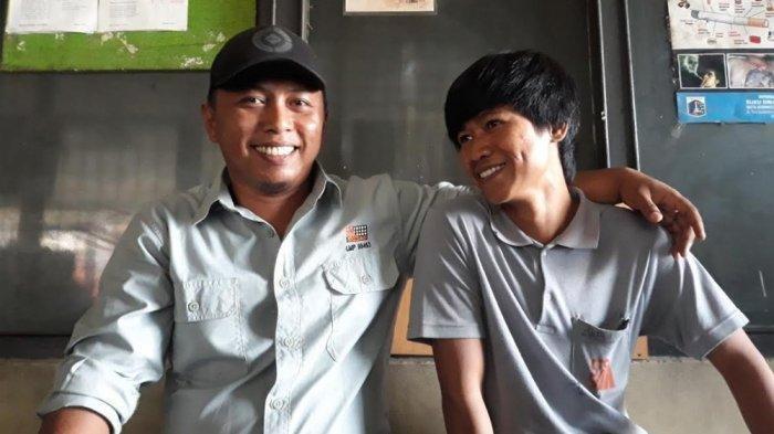 Gitaris fingerstyle yang viral di YouTube, Alief Gustakhiyat (31) atau Alip Ba Ta merangkul temannya saat ditemui TribunJakarta.com di tempat kerjanya di Pulogadung, Jakarta Timur, Jumat (30/8/2019).