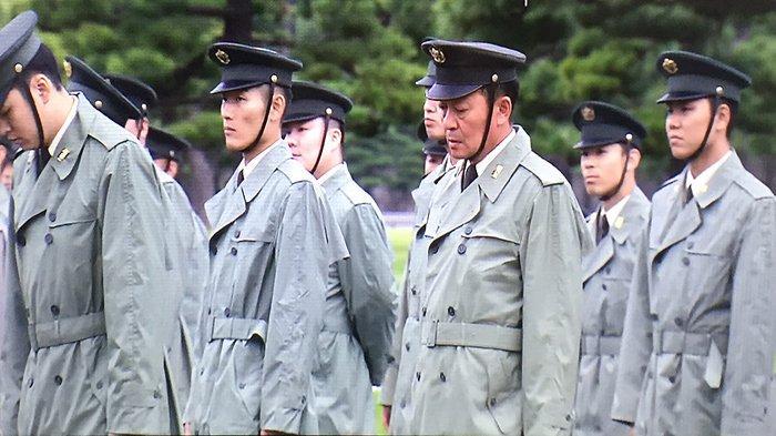 Tim penyanyi dari kesatuan polisi Jepang di tepi jalan mengiringi parade menyesuaikan lagu dengan iringan mobil Kaisar Jepang, Minggu (6/10/2019).