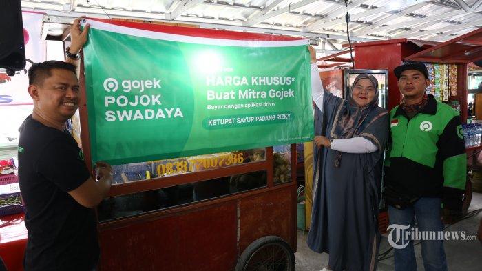 (ki-ka) VP of Operations Jabodetabek Gojek Gede Manggala,  Merchant Pojok Swadaya Fitri, dan Mitra driver Gojek Billy, pada peluncuran Pojok Swadaya di Stasiun Sudirman, Jakarta Pusat, Rabu (13/11/2029). Gojek meluncurkan ribuan Pojok Swadaya demi menekan pengeluaran mitra Gojek dan membantu perekonomian pelaku UMKM Indonesia.  Pojok Swadaya berada di lokasi-lokasi strategis di tempat mitra driver biasa beristirahat atau sedang menunggu pesanan dari konsumen. Inovasi tersebut juga dilengkapi dengan Pengintegrasian Fitur GoPay di aplikasi super-app mitra driver. (Warta Kota/Angga Bhagya Nugraha)