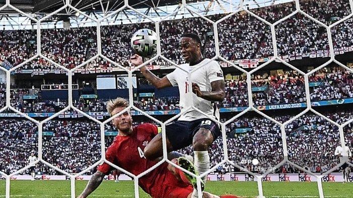 Bek Denmark Simon Kjaer (kiri) mencetak gol bunuh diri di sebelah pemain depan Inggris Raheem Sterling selama pertandingan sepak bola semifinal UEFA EURO 2020 antara Inggris dan Denmark di Stadion Wembley di London pada 7 Juli 2021.