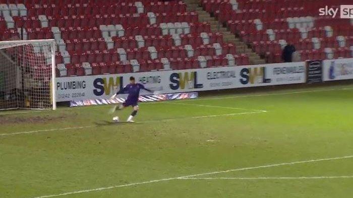 VIDEO Kiper Ini Bikin Gol Super-Jauh dari Gawang ke Gawang di Liga Inggris