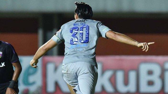 Pemain anyar Persib Bandung, Ezra Walian mencetak gol debut ke gawang Persita Tangerang di Stadion Maguwoharjo, Sleman, Senin (29/3/2021).