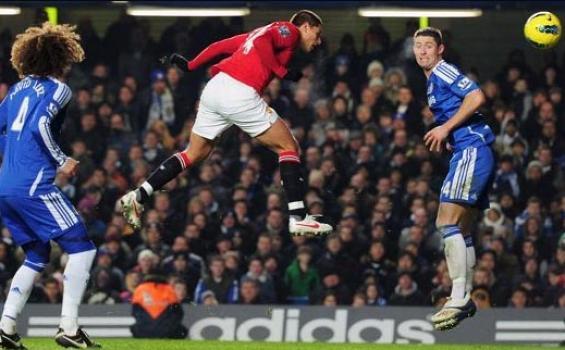 Hernandez mencetak gol ketiga Man United dari sundulan kepala. Laga Chelsea vs Man United, Minggu (5/2/2012) berakhir 3-3