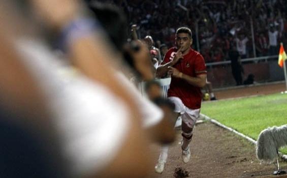 Cristian El Loco Gonzales merayan golnya saat membobol gawang Filipina, Kamis (16/12/2010).