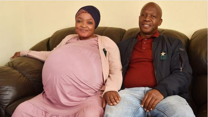 Gosiame Thamara Sithole yang melahirkan 10 anak, dan suaminya Tebogo Tsotetsi, dari Kotapraja Tembisa di Ekurhuleni. (Gambar: Thobile Mathonsi/African News Agency (ANA))
