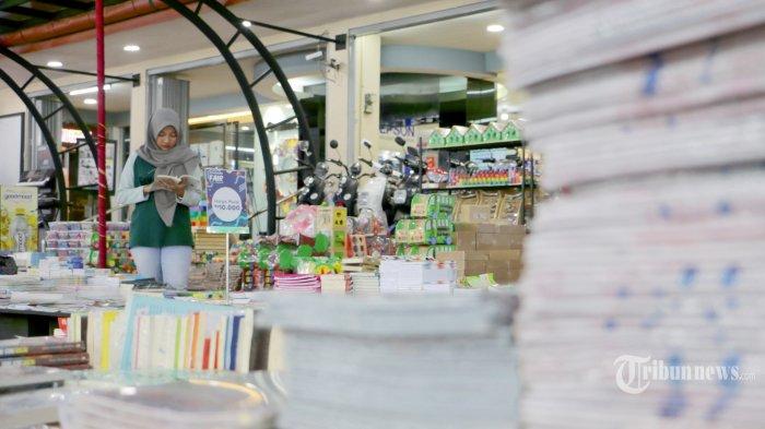 Pengunjung asik melihat buku dalam acara Gramedia Fair Periode Februari 2020 di Toko Buku Gramedia Pandanaran Kota Semarang, Jawa Tengah, Kamis (20/02/2020).