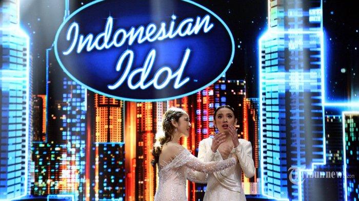 Tiara Anugrah (kiri) dan Lyodra Ginting (kanan) berpelukan dalam acara Grand Final Indonesian Idol 2020 di Jakarta Senin (2/3/2020). Ajang pencarian bakat menyanyi tersebut akhirnya menelurkan Lyodra Ginting asal Medan sebagai pemenang pertamanya. TRIBUNNEWS/JEPRIMA