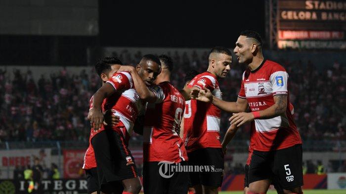 Pesepak bola Madura United, Greg Usai mencetak gol perrtamanya lakukan selebrasi saat melawan Tira Persikabo di Gelora Bangkalan dalam lanjutan Liga 1 Indonesia, Rabu (30/10/2019). SURYA/SUGIX