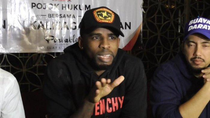 Greg Nwokolo didampingi pengacaranya Sunan Kalijaga menjelaskan alasannya putus hubungan asmara dengan Garneta Haruni di sebuah hotel kawasan Kelapa Gading, Jakarta Utara, Jumat (28/12/2018).