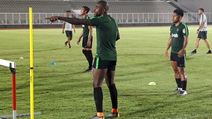 Greg Nwokolo saat menjalani latihan ringan di Stadion Madya, Senayan, Jakarta, Kamis (22/3/2019). Tribunnews/Abdul Majid