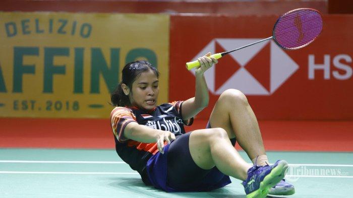 Gregoria Mariska Tunjung terjatuh saat bertanding pada babak II Indonesia Open 2019, di Istora Senayan Jakarta, Kamis (18/7/2019). Gregoria harus menyudahi perlawanan setelah dikalahkan Ratchanok Intanon setelah bermain tiga set dengan skor 13-21, 21-19, dan 21-15. TRIBUNNEWS/HERUDIN