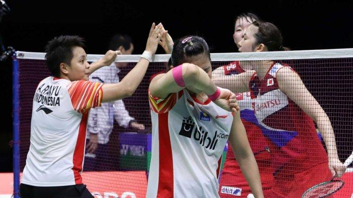 Greysia Polii/Apriyani Rahayu menjabat tangan Mayu Matsumoto/Wakana Nagahara (Jepang) sesaat setelah melalui partai semifinal Piala Sudirman 2019, Sabtu (25/5/2019)