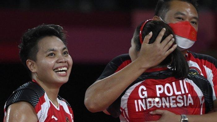 Greysia Polii dari <a href='https://manado.tribunnews.com/tag/indonesia' title='Indonesia'>Indonesia</a> dan <a href='https://manado.tribunnews.com/tag/apriyani-rahayu' title='ApriyaniRahayu'>ApriyaniRahayu</a> dari <a href='https://manado.tribunnews.com/tag/indonesia' title='Indonesia'>Indonesia</a> (kiri) merayakan dengan seorang pelatih setelah memenangkan pertandingan semifinal bulu tangkis ganda putri melawan Shin Seung-chan dari Korea Selatan dan Lee So-hee dari Korea Selatan selama <a href='https://manado.tribunnews.com/tag/olimpiade-tokyo' title='OlimpiadeTokyo'>OlimpiadeTokyo</a> 2020 di Musashino Forest Sports Plaza di Tokyo pada 31 Juli 2021.